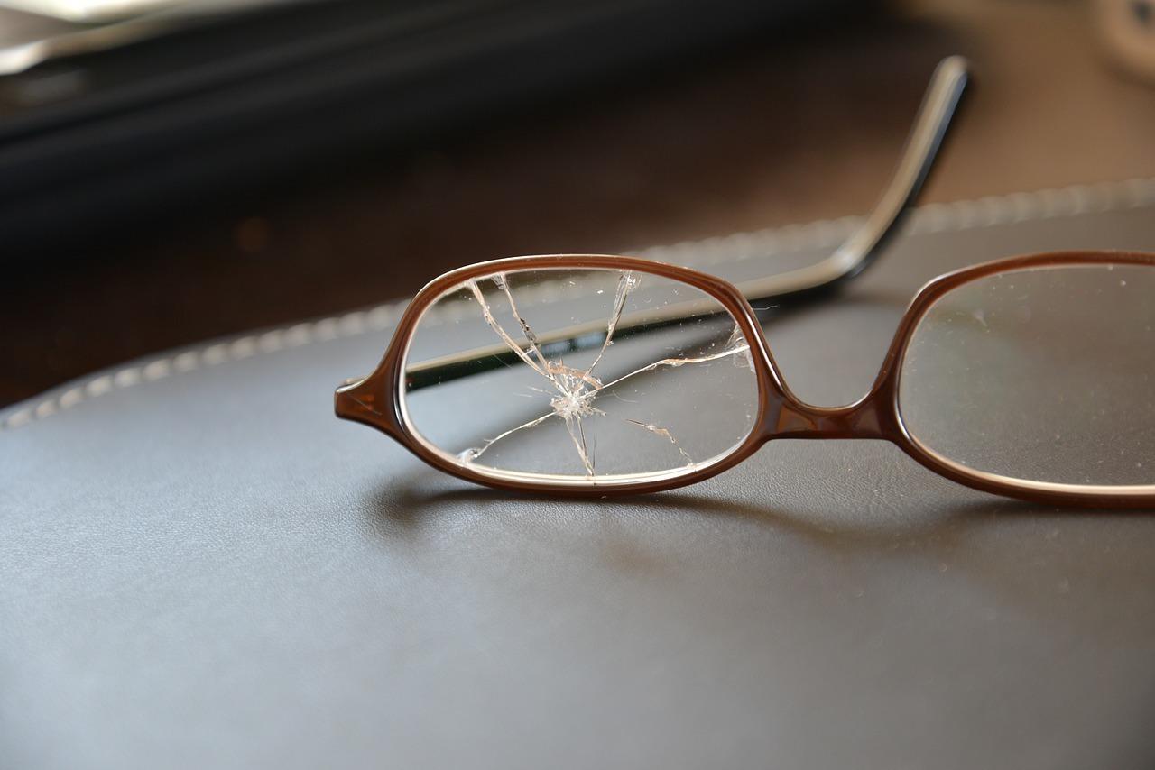 안경 쓴 사람 때리면 살인미수?